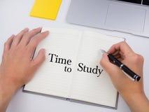 Χρόνος να μελετήσει στο σημειωματάριο με το γράψιμο χεριών Στοκ Φωτογραφία