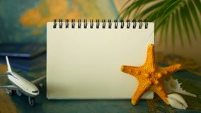 Χρόνος να ταξιδεφθεί η έννοια Τροπικό θέμα διακοπών με τον παγκόσμιο χάρτη, το μπλε διαβατήριο και το αεροπλάνο Προετοιμαμένος γι φιλμ μικρού μήκους