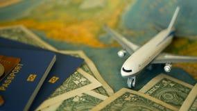 Χρόνος να ταξιδεφθεί η έννοια Τροπικό θέμα διακοπών με τον παγκόσμιο χάρτη, το μπλε διαβατήριο και το αεροπλάνο Προετοιμαμένος γι απόθεμα βίντεο