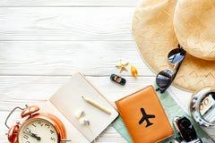 Χρόνος να ταξιδεφθεί η έννοια, διάστημα για το κείμενο διαβατήριο καμερών χαρτών mone Στοκ φωτογραφία με δικαίωμα ελεύθερης χρήσης