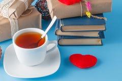 Χρόνος να χαλαρώσει με το φλυτζάνι του τσαγιού και των βιβλίων - χρόνος τσαγιού Στοκ φωτογραφία με δικαίωμα ελεύθερης χρήσης