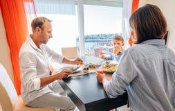Χρόνος οικογενειακών γευμάτων Στοκ Εικόνες