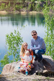 Χρόνος οικογενειακών εξόδων μαζί κοντά στη λίμνη υπαίθρια Στοκ φωτογραφία με δικαίωμα ελεύθερης χρήσης