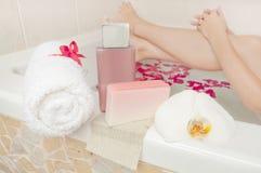 Χρόνος λουτρών - καλλυντικά, σύνθεση πετσετών και σαπουνιών με το ρόπαλο γυναικών Στοκ Εικόνα