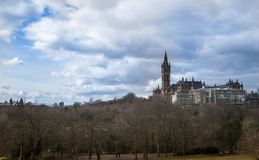 Χρόνος πάρκων Kelvingrove την άνοιξη με το πανεπιστήμιο της Γλασκώβης μ Στοκ Φωτογραφία