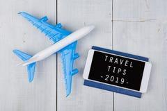 Χρόνος περιπέτειας - αεροπλάνο, διαβατήριο και smartphone με το κείμενο στοκ εικόνα με δικαίωμα ελεύθερης χρήσης
