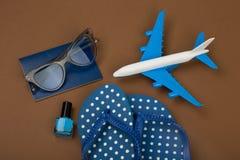 Χρόνος περιπέτειας - αεροπλάνο, πτώσεις κτυπήματος, διαβατήριο, γυαλιά ηλίου, στιλβωτική ουσία καρφιών Στοκ φωτογραφία με δικαίωμα ελεύθερης χρήσης