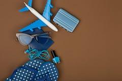 Χρόνος περιπέτειας - αεροπλάνο, πτώσεις κτυπήματος, διαβατήριο, λίγη βαλίτσα, γυαλιά ηλίου, στιλβωτική ουσία καρφιών Στοκ εικόνες με δικαίωμα ελεύθερης χρήσης