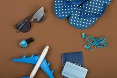Χρόνος περιπέτειας - αεροπλάνο, πτώσεις κτυπήματος, διαβατήριο, λίγη βαλίτσα, γυαλιά ηλίου, στιλβωτική ουσία καρφιών Στοκ εικόνα με δικαίωμα ελεύθερης χρήσης
