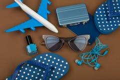 Χρόνος περιπέτειας - αεροπλάνο, πτώσεις κτυπήματος, διαβατήριο, λίγη βαλίτσα, γυαλιά ηλίου, στιλβωτική ουσία καρφιών Στοκ φωτογραφίες με δικαίωμα ελεύθερης χρήσης