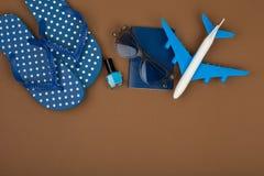 Χρόνος περιπέτειας - πτώσεις κτυπήματος αεροπλάνων, διαβατήριο, γυαλιά ηλίου, στιλβωτική ουσία καρφιών Στοκ φωτογραφία με δικαίωμα ελεύθερης χρήσης