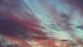 Χρόνος-περιτυλίξεις, ρόδινη κίνηση σύννεφων στον ουρανό στο ηλιοβασίλεμα της ημέρας απόθεμα βίντεο