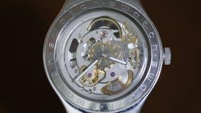 Χρόνος που σημειώνει σε ένα σύγχρονο wristwatch απόθεμα βίντεο