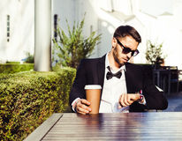 χρόνος προσδοκία croissant γλυκό φλυτζανιών καφέ σπασιμάτων ανασκόπησης άτομο, επιχειρησιακό άτομο σε ένα επιχειρησιακό κοστούμι  Στοκ φωτογραφία με δικαίωμα ελεύθερης χρήσης