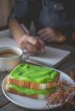 Χρόνος σπασιμάτων, χρόνος καφέ με τη pandan κρέμα κρέμας ψημένος, ho Στοκ εικόνα με δικαίωμα ελεύθερης χρήσης