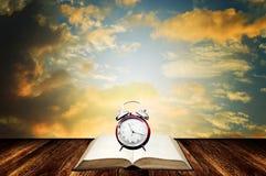 Χρόνος στην έννοια βιβλίων ανάγνωσης με το συμπαθητικό ουρανό Στοκ φωτογραφία με δικαίωμα ελεύθερης χρήσης