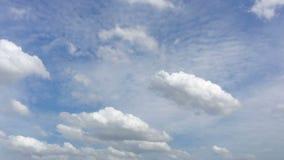 Χρόνος-σφάλμα του σύννεφου μπλε ουρανού την ηλιόλουστη ημέρα απόθεμα βίντεο