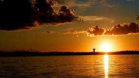 Χρόνος-σφάλμα των δραματικών σύννεφων και του ηλιοβασιλέματος πέρα από τη λίμνη Irving φιλμ μικρού μήκους