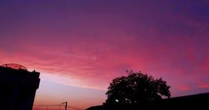 Χρόνος-σφάλμα που πυροβολείται πέρα από τα σύννεφα κατά τη διάρκεια του όμορφου ηλιοβασιλέματος απόθεμα βίντεο