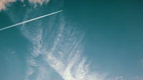 Χρόνος-σφάλμα των σύννεφων και ενός αεριωθούμενου ίχνους στην απόσταση απόθεμα βίντεο