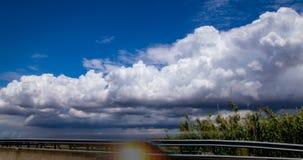 Χρόνος-σφάλμα των σύννεφων κοντά στο δρόμο 4K απόθεμα βίντεο