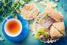 Χρόνος τσαγιού απογεύματος με το φλυτζάνι του τσαγιού και των σπιτικών κέικ ζύμης Phyllo Στοκ φωτογραφίες με δικαίωμα ελεύθερης χρήσης