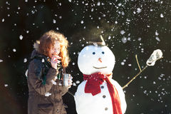 Χρόνος τσαγιού με έναν χιονάνθρωπο Στοκ Φωτογραφίες