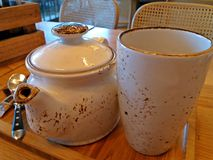 Χρόνος τσαγιού με ένα ειδικό teapot και τσαγιού φλυτζάνι Στοκ Εικόνες