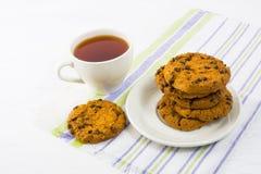 Χρόνος τσαγιού με τα μπισκότα τσιπ σοκολάτας Στοκ φωτογραφίες με δικαίωμα ελεύθερης χρήσης