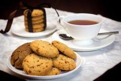 Χρόνος τσαγιού με τα μπισκότα Στοκ Φωτογραφίες