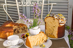 Χρόνος τσαγιού με τα χαρακτηριστικά κατ' οίκον ψημένα κέικ Πάσχας Στοκ Εικόνες