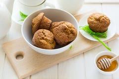 Χρόνος τσαγιού: σπιτικές muffins μπανανών, μέλι, μπανάνες και τοποθετήσεις τσαγιού Στοκ Εικόνες