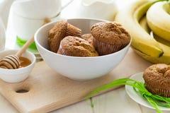 Χρόνος τσαγιού: σπιτικές muffins μπανανών, μέλι, μπανάνες και τοποθετήσεις τσαγιού Στοκ εικόνα με δικαίωμα ελεύθερης χρήσης