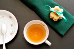 Χρόνος τσαγιού, τοπ άποψη ενός φλυτζανιού τσαγιού με την πράσινη πετσέτα, μπισκότα, και Στοκ Εικόνες