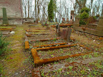 Χρόνος φθινοπώρου στο παλαιό εγκαταλειμμένο και ψαγμένο εβραϊκό νεκροταφείο στοκ φωτογραφία με δικαίωμα ελεύθερης χρήσης