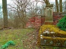 Χρόνος φθινοπώρου στο παλαιό εγκαταλειμμένο και ψαγμένο εβραϊκό νεκροταφείο στοκ φωτογραφίες με δικαίωμα ελεύθερης χρήσης