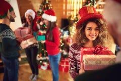Χρόνος Χριστουγέννων για το δόσιμο των δώρων στοκ φωτογραφία με δικαίωμα ελεύθερης χρήσης