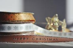 Χρόνος Χριστουγέννων! Κορδέλλα Χριστουγέννων στα στροφία στοκ εικόνες