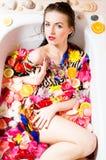 Χρόνος SPA: όμορφο προκλητικό νέο θηλυκό στο λουτρό με τα λουλούδια και τα φρούτα Στοκ Εικόνες