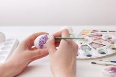 Χρώματα αυγών χρωματισμού για Πάσχα, βοτανική απεικόνιση Στοκ φωτογραφία με δικαίωμα ελεύθερης χρήσης