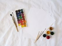 Χρώματα, γκουας και βούρτσες Watercolor Στοκ εικόνα με δικαίωμα ελεύθερης χρήσης