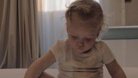 Χρώματα εκμάθησης κοριτσιών με τα κινούμενα σχέδια στο κινητό τηλέφωνο απόθεμα βίντεο