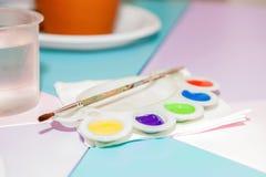 Χρώματα ζωγραφικής στον πίνακα Στοκ φωτογραφία με δικαίωμα ελεύθερης χρήσης