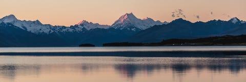 Χρώματα ηλιοβασιλέματος και αντανάκλαση του υποστηρίγματος Cook Το Aoraki/τοποθετεί το εθνικό πάρκο Cook, νότιο νησί, Νέα Ζηλανδί Στοκ Εικόνες