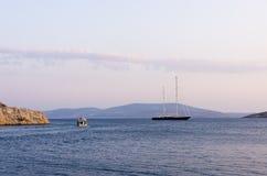Χρώματα ηλιοβασιλέματος πέρα από έναν κόλπο στο νησί Arki, Dodecanese, Ελλάδα Στοκ Φωτογραφία