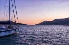 Χρώματα ηλιοβασιλέματος πέρα από το λιμάνι του νησιού Lipsi, Dodecanese, Ελλάδα Στοκ εικόνες με δικαίωμα ελεύθερης χρήσης