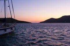 Χρώματα ηλιοβασιλέματος πέρα από το λιμάνι του νησιού Lipsi, Dodecanese, Ελλάδα Στοκ φωτογραφίες με δικαίωμα ελεύθερης χρήσης