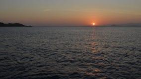 Χρώματα ηλιοβασιλέματος πέρα από την ωκεάνια ανατολή θάλασσας Στοκ Φωτογραφία