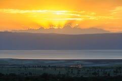 Χρώματα ηλιοβασιλέματος στη λίμνη Eyasi, Τανζανία στοκ φωτογραφίες