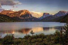 Χρώματα ηλιοβασιλέματος στον άσπρο βράχο και τα τετραγωνικά τοπ βουνά επάνω από τις πράσινες λίμνες ποταμών Στοκ εικόνες με δικαίωμα ελεύθερης χρήσης